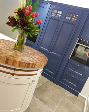 mixing painted and varnished wood on kitchen cabinets with silver knob handles